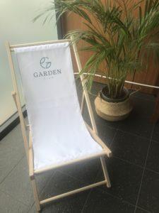leżak z logo garden club konstancin